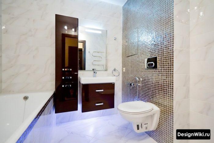 Подвесные тумба, шкаф и унитаз в современной ванной комнате