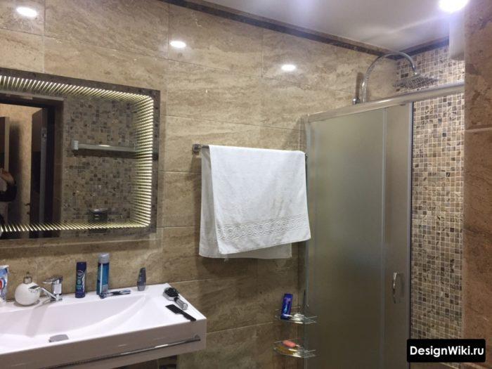 Полотенце возле душевой в ванной комнате