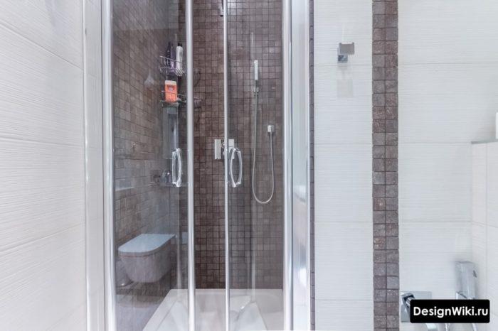 Прозрачные стеклянные дверцы в ванной