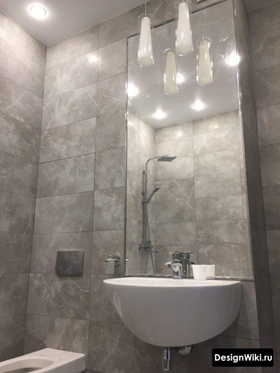 Серая плитка под мрамор в туалете