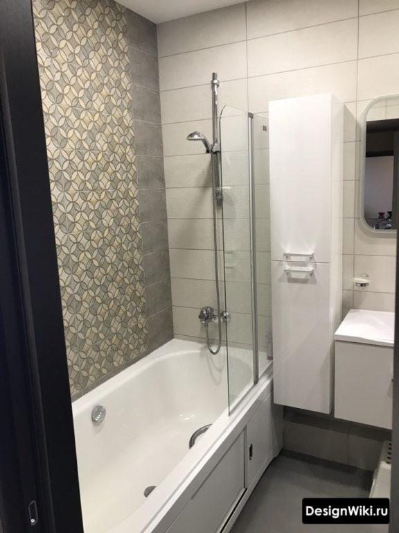 Серая плитка с узором в скандинавском интерьере ванной