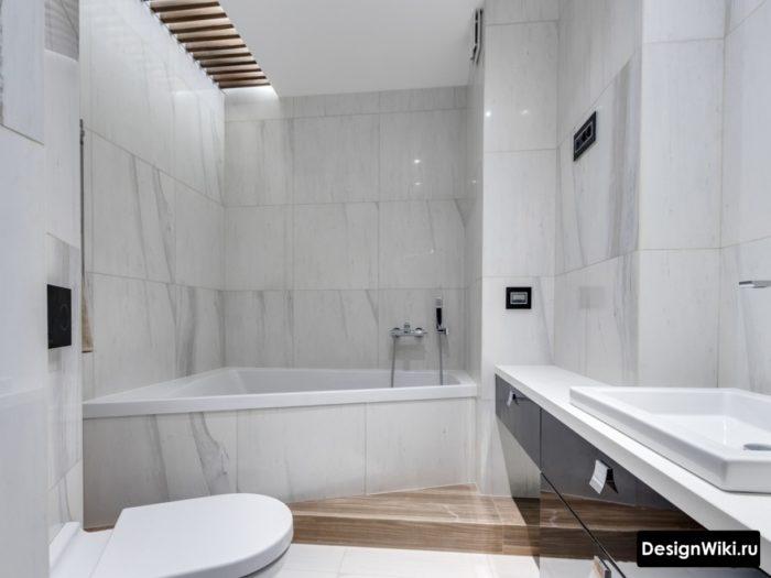 Современная ванная в скандинавском стиле с плиткой под мрамор