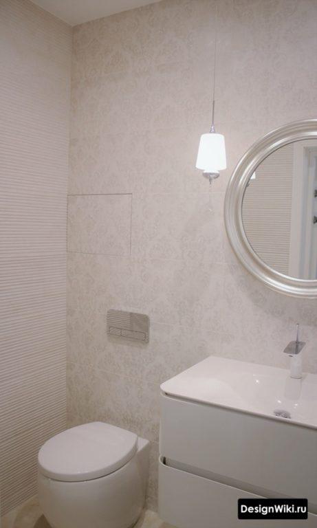 Современный белый смеситель в ванной