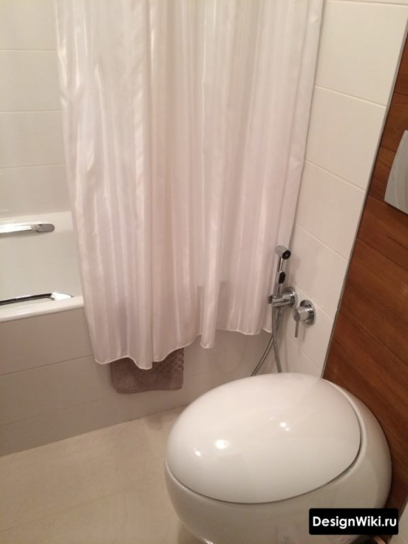 Современный подвесной унитаз в белой ванной