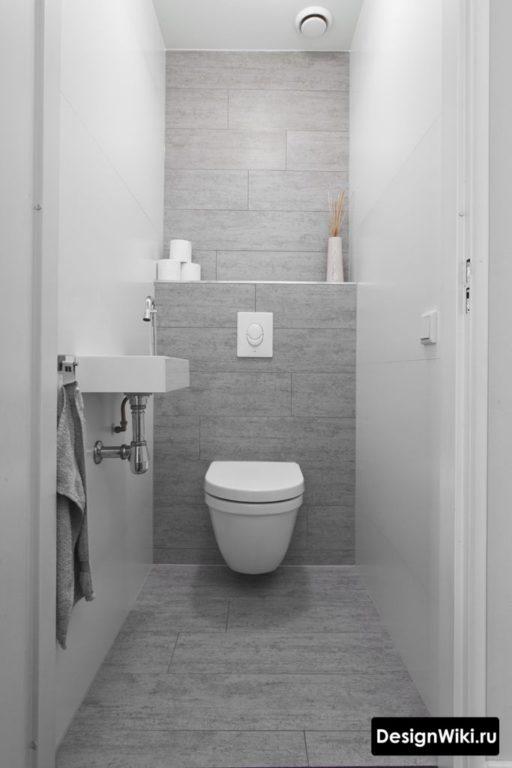 Сочетание белой и серой плитки в туалете