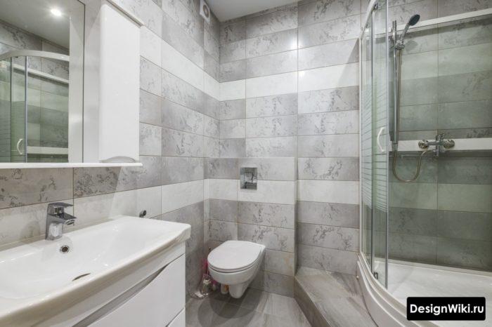 Сочетание серой и бежевой плитки в ванной с кабиной
