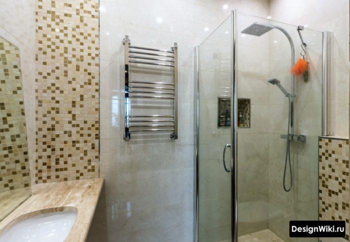 Столешница из камня со встроенной раковиной в ванной комнате