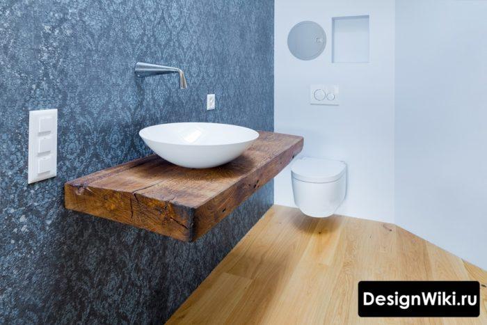 Столешница под раковину из массива дерева в ванной комнате