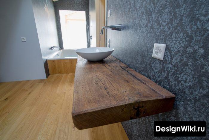 Толстая столешница из дерева в ванной