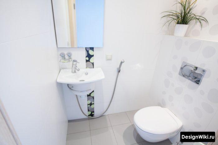 Туалет в светлых тонах с псевдобиде и раковиной
