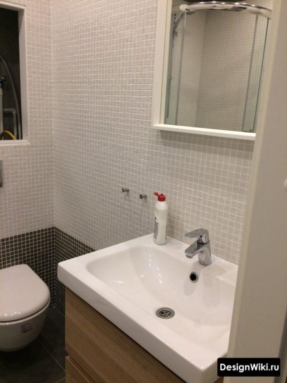 Туалет в скандинавском стиле с белой и черной мозаикой