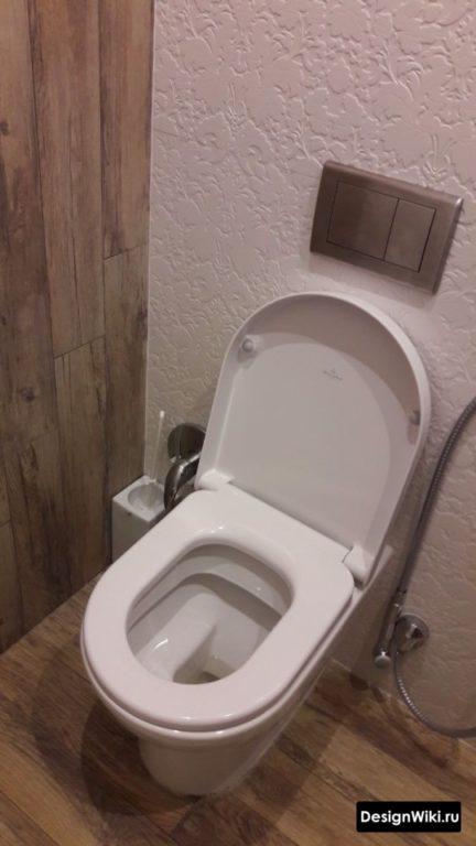 Туалет в скандинавском стиле с плиткой под дерево