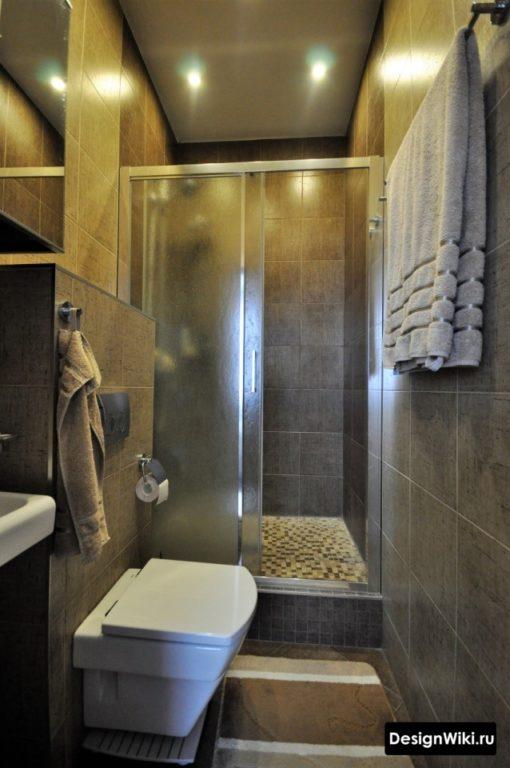 Туалет с душем и умывальником