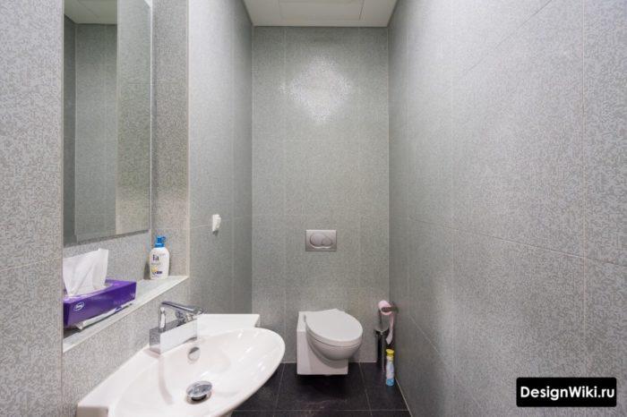 Туалет с квадратной плиткой