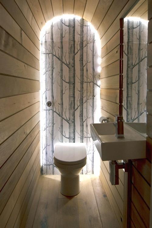 Туалет с отделкой деревом и подсветкой