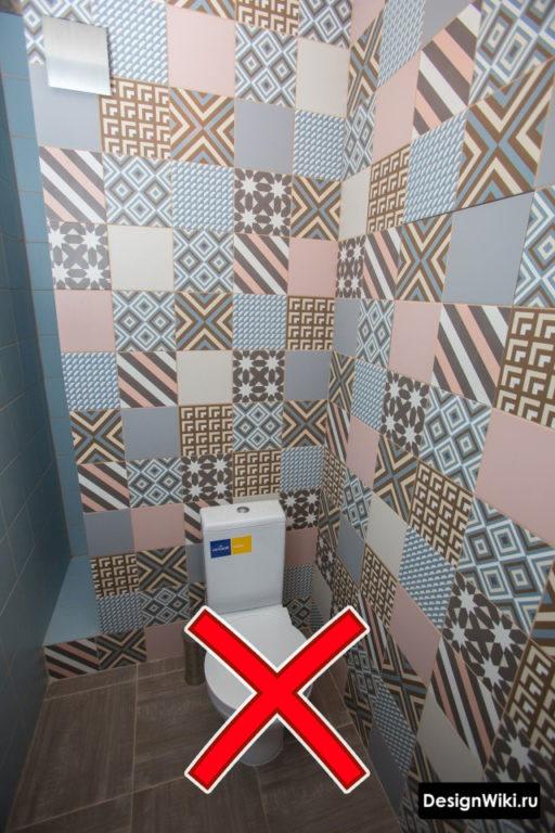 Цветная плитка пэчворк в туалете