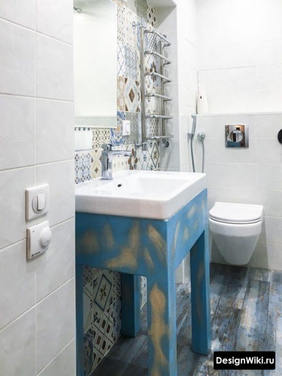 Цветные узоры в интерьере скандинавской ванной