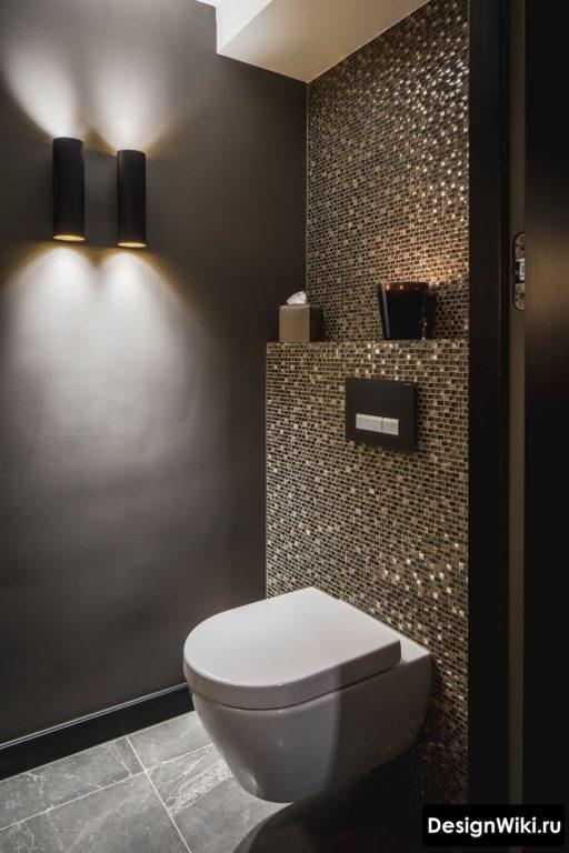 Черная крашенная стена с бра в туалете #дизайн #дизайнинтерьера