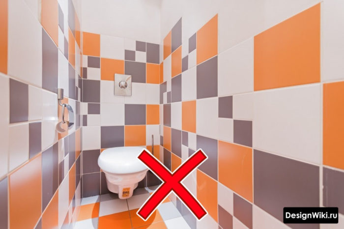 Яркая цветная плитка в интерьере туалета