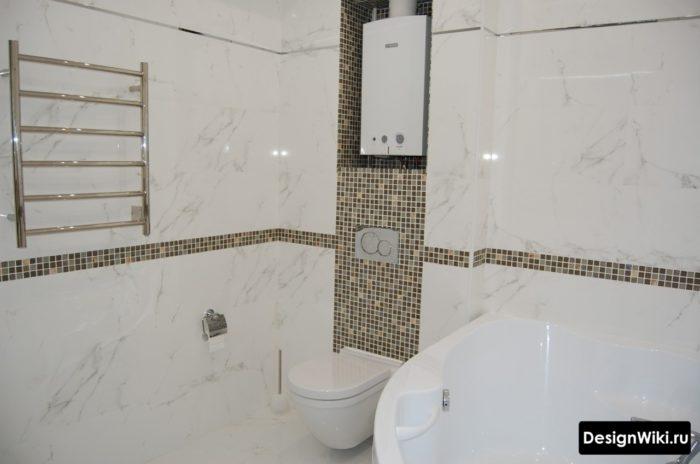 Белая мраморная плитка в ванной