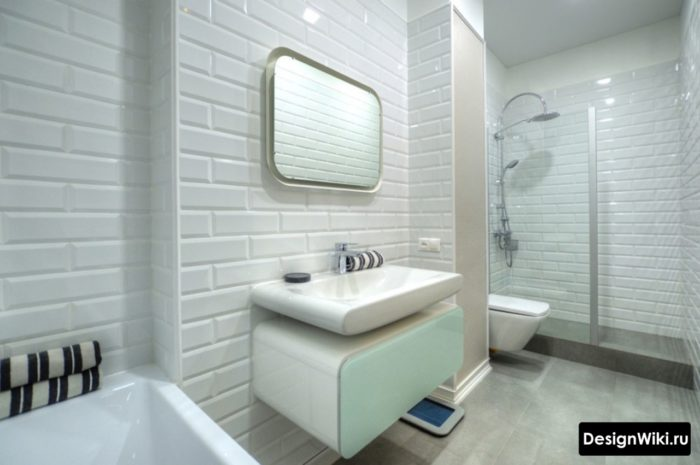 Белые кирпичики на стене в ванной
