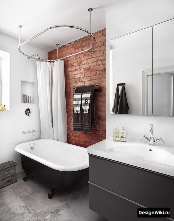 Белый цвет и кирпич в ванной в стиле лофт