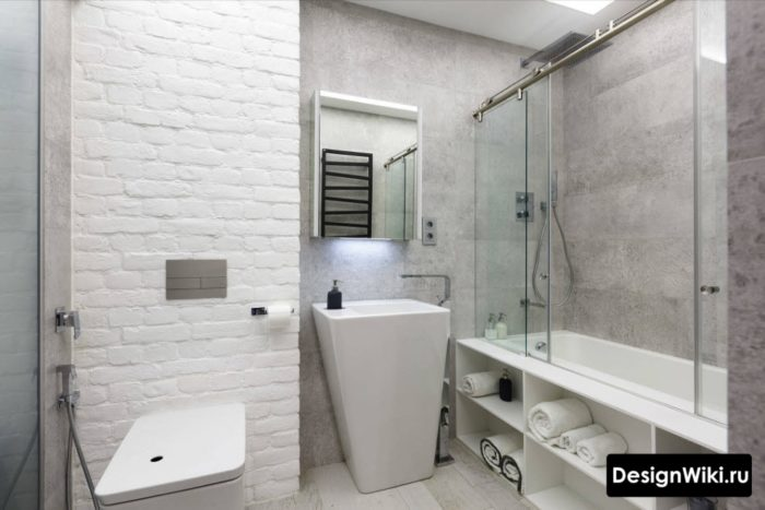Ванная в стиле лофт с недорогой плиткой и белым кирпичом