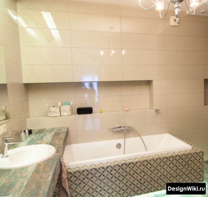 Глянцевая прямоугольная плитка молочного цвета в ванной