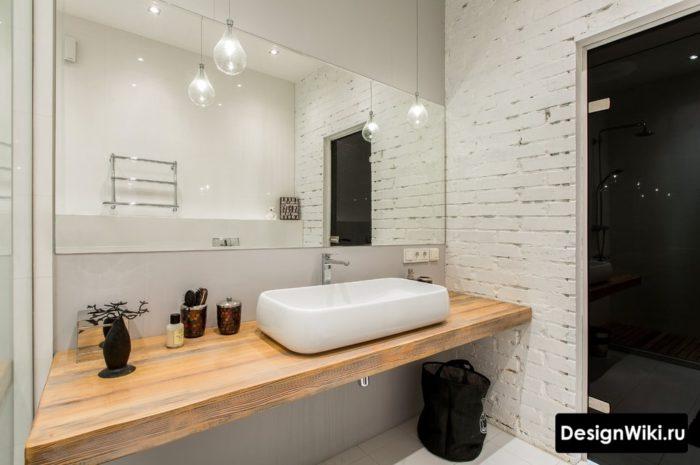 Грубый белый кирпич в ванной в стиле лофт