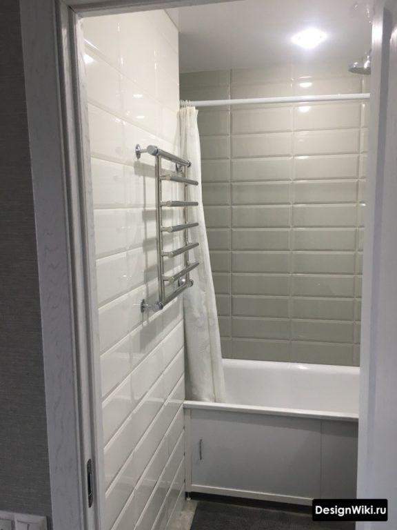 Крупный белый кабанчик в ванной в хрущевке