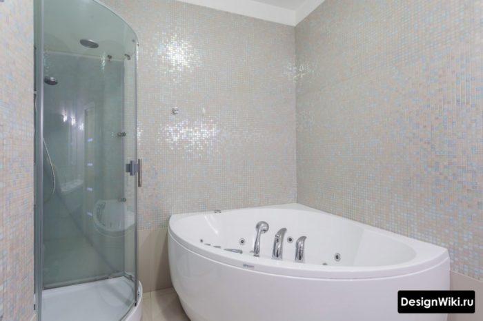 Мозаику не стоит выбирать для всех стен ванной