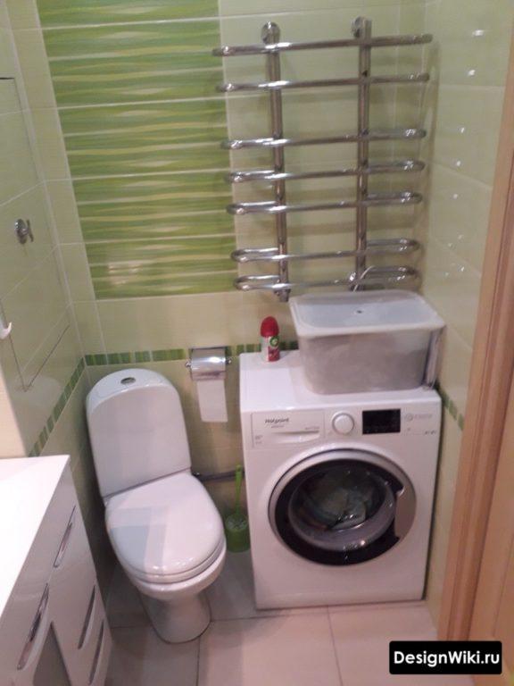 Отдельностоящая стиральная машина в ванной в хрущевке