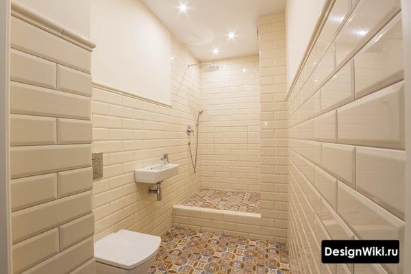Плитка кабанчик молочного цвета в ванной с душем