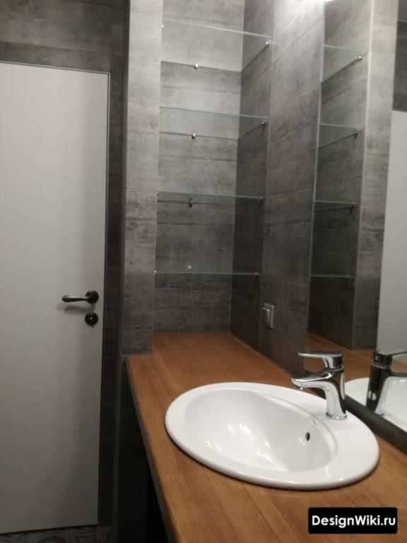 Плитка под тёмный бетон и коричневое дерево в ванной