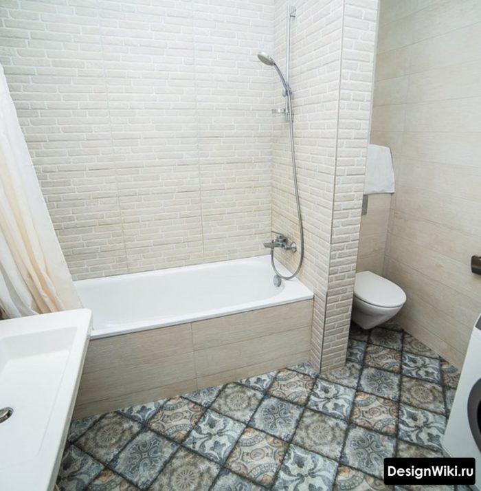 Плитка с узором на полу ванной