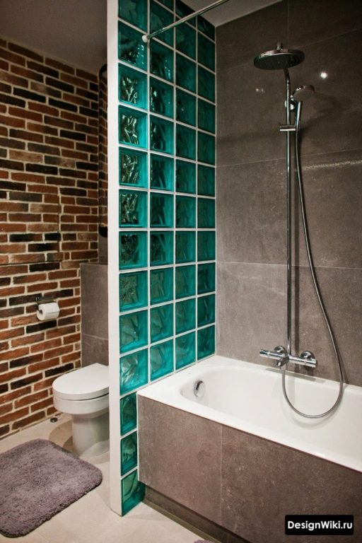 Синие стеклоблоки в ванной в стиле лофт