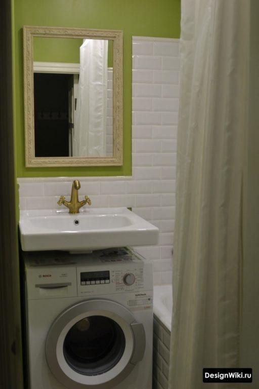 Сочетание белого и зелёного цвета в ванной в хрущевке