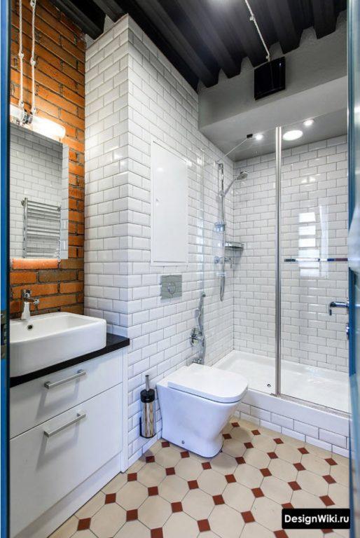 Сочетание белого и красного кирпича в ванной комнате