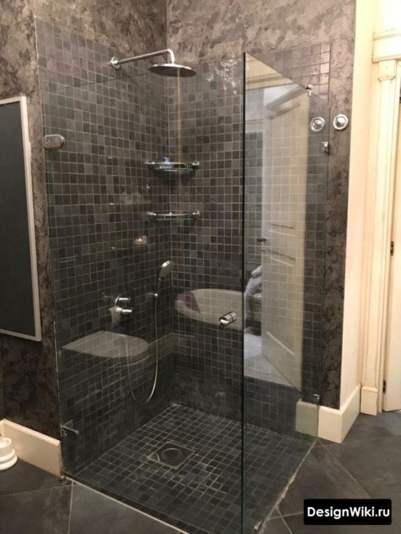 Сочетание мозаики и декоративной штукатурки в ванной
