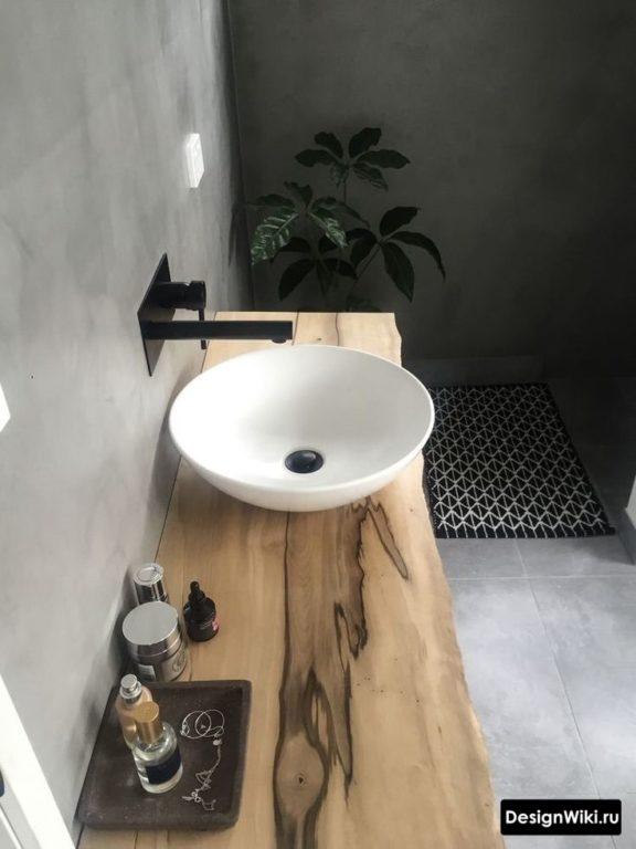 Столешница из массива в ванной в стиле лофт