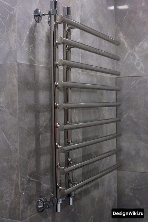 Хромированный полотенцесушитель в ванной в стиле лофт