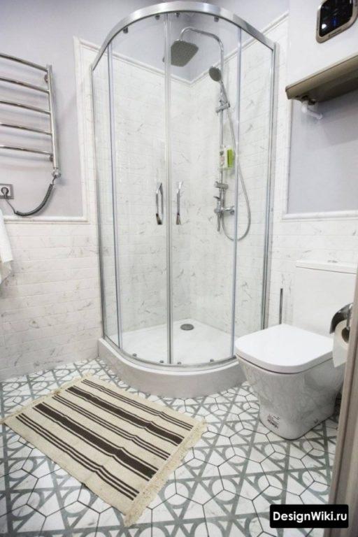 Шестиугольная плитка на полу ванной