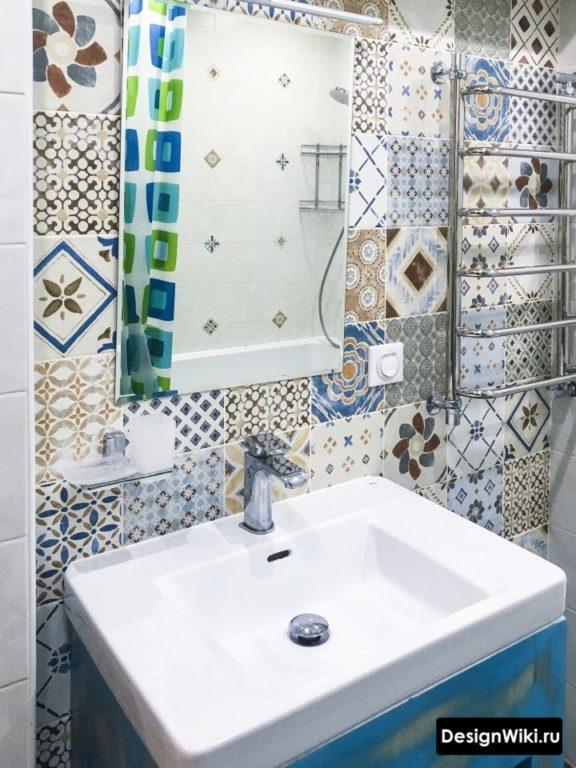 Яркая акцентная плитка с узором в ванной