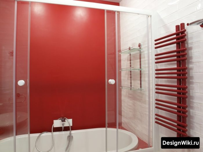 Ярко-красный цвет в ванной в хрущевке
