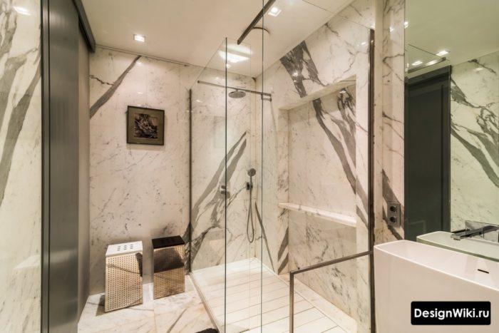 Белый потолок в ванной комнате с душем