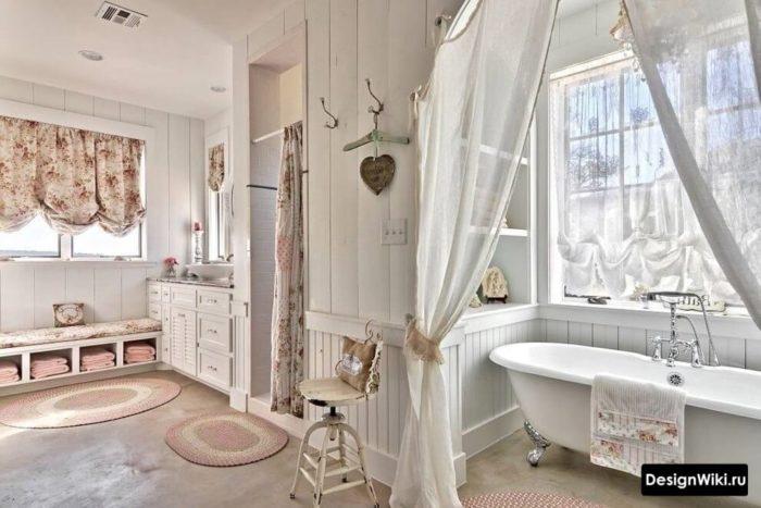 Большая ванная в пастельных тонах