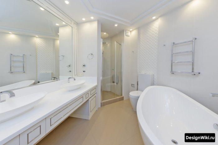 Большая классическая ванная белого цвета