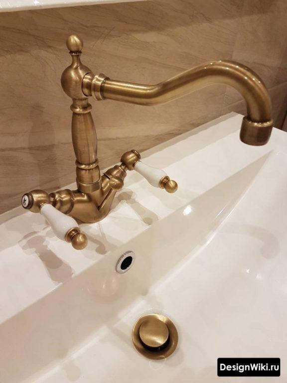 Бронзовый смеситель в ванной