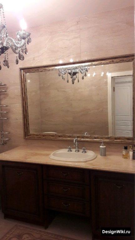 Ванная комната в стиле ампир с люстрой