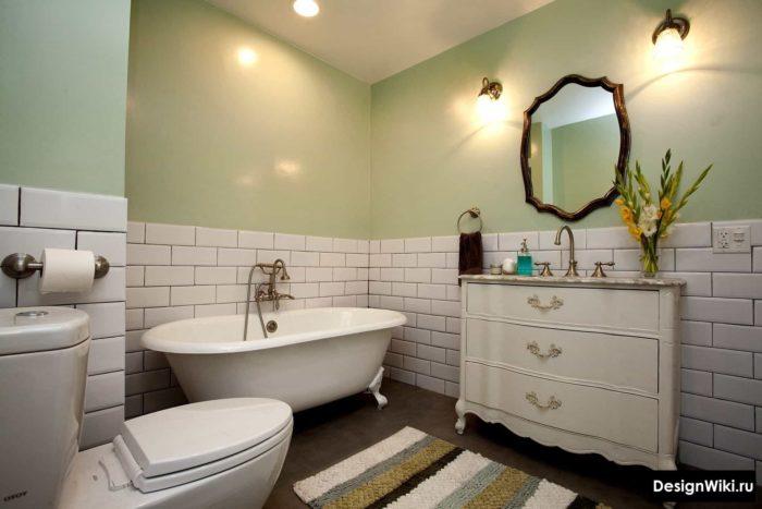 Ванная комната в стиле прованс с плиткой белыми кирпичиками